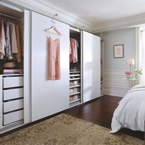 Встроенный шкаф с раздвижными дверками