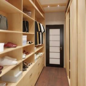 Узкий гардероб с открытыми полками