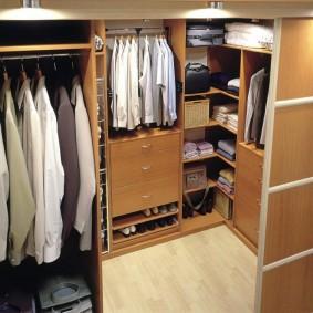 Наполнение гардеробной комнаты с мебелью из ДСП