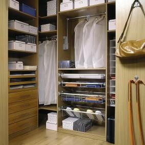 Удобные полки в угловой гардеробной