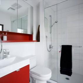 Красные акценты в белом интерьере ванной
