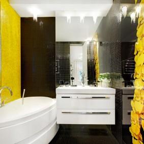 Желто-коричневый интерьер просторной ванной