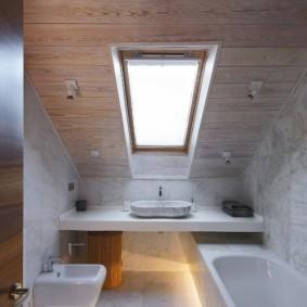 Оформление ванной комнаты в мансарде частного дома