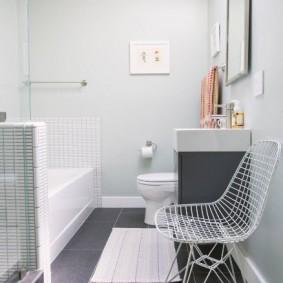 Стульчик из проволоки в ванной комнате