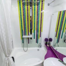 Яркая мозаика на акцентной стене в ванной комнате