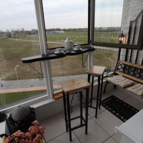 Небольшая барная стойка на панорамном окне балкона