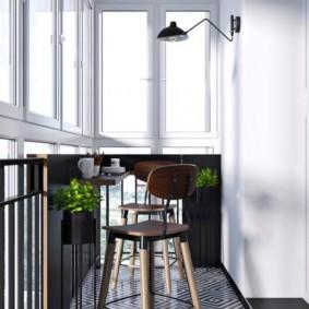 Геометрические узоры на полу балкона