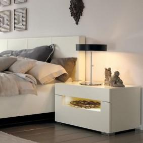 Настольная лампа на прикроватной тумбочке