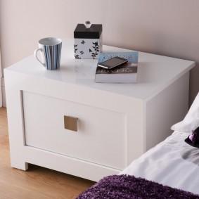 Белая тумба небольшого размера в спальне