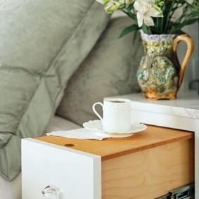 Прикроватная тумбочка с выдвижным столиком