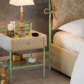 Столик у кровати на металлическом каркасе