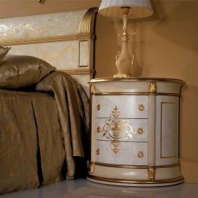 Золотистый декор на прикроватной тумбе