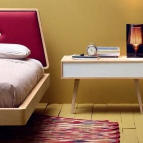 Столик в стиле ретро в интерьере спальни