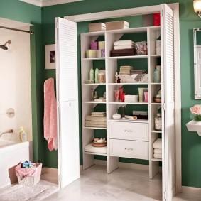 Дверь-гармошка на встроенном шкафу в ванной комнате