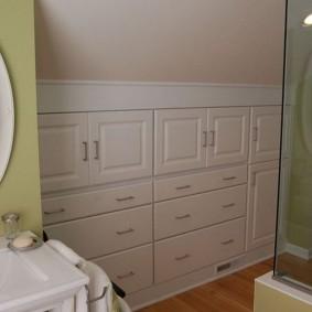 Встроенная мебель в ванной на мансарде