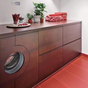 Встроенная стиральная машинка под раковиной в ванной