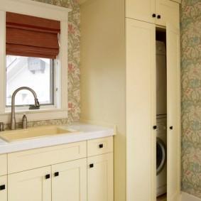Римская штора на окне в ванной комнате