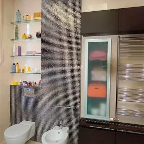 Мелкая мозаика на стене с подвесным унитазом