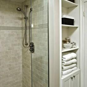 Встроенный душ в небольшой ванной комнате