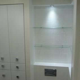 Белые шкафчики с гладкими фасадами