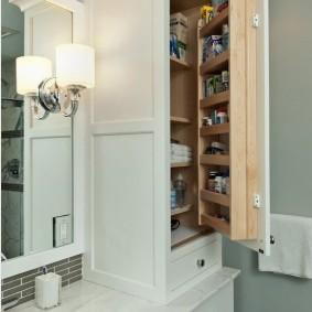 Удобные полки на распашной дверце встроенного шкафа