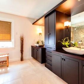 Массивные шкафы в интерьере ванной
