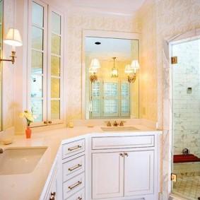 Настенные светильники в просторной ванной