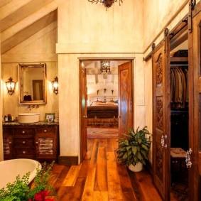 Амбарная дверь в ванной загородного дома