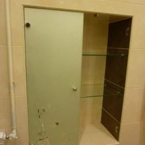 Стеклянная дверка в нише стены ванной комнаты