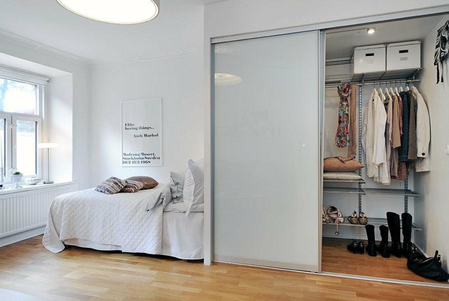 Купейный шкаф в качестве гардероба в спальне