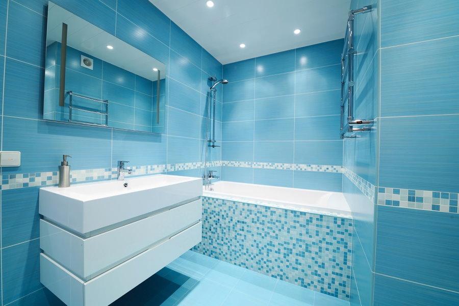 Отделка голубой плиткой стен в ванной комнате