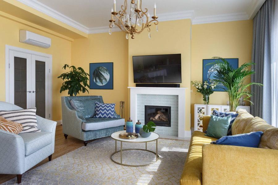 Светло-желтые стены в гостиной брежневки