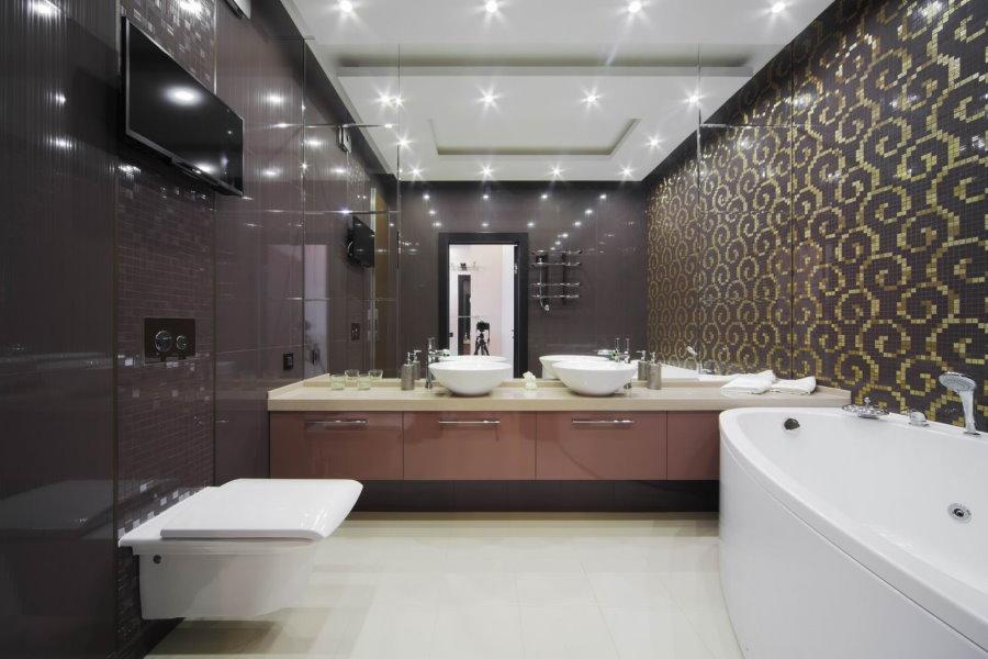 Светлый керамогранит на полу в ванной комнате