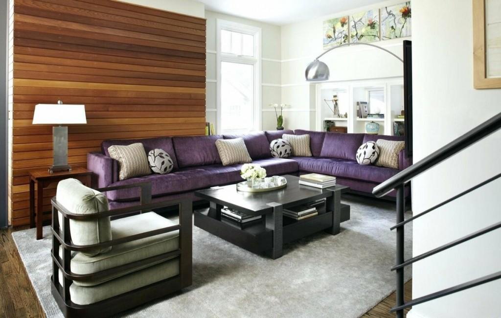 Коричневые рейки за спинкой фиолетового дивана