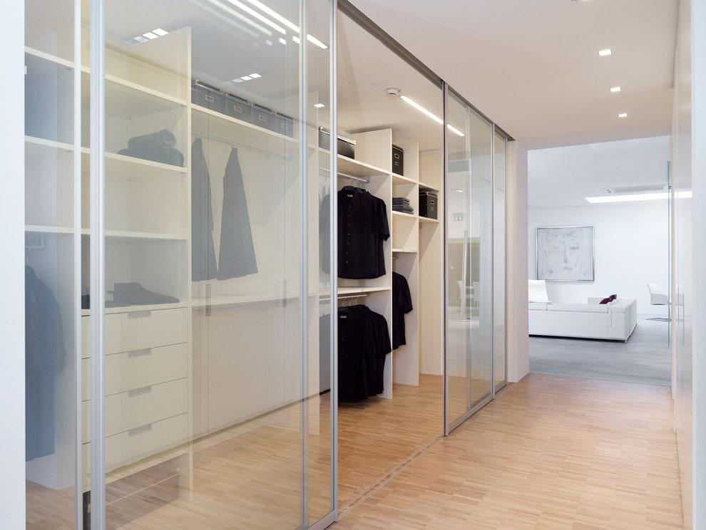 Матовые стекла на раздвижных дверях гардеробной