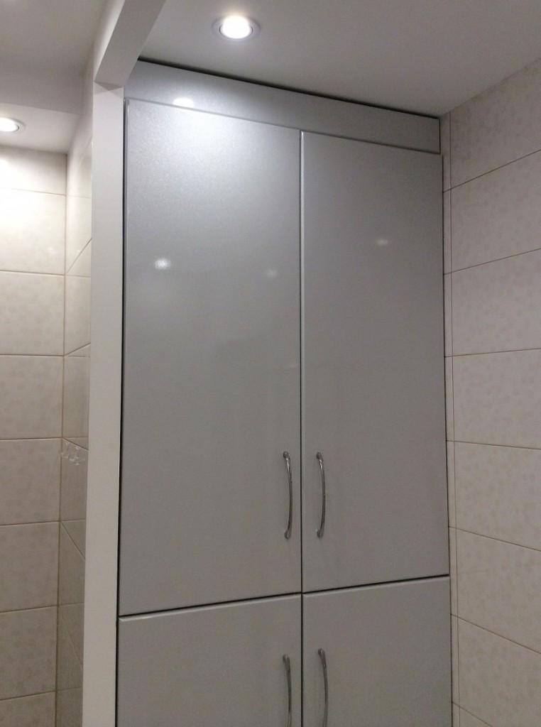 Серый встроенный шкаф в маленькой ванной