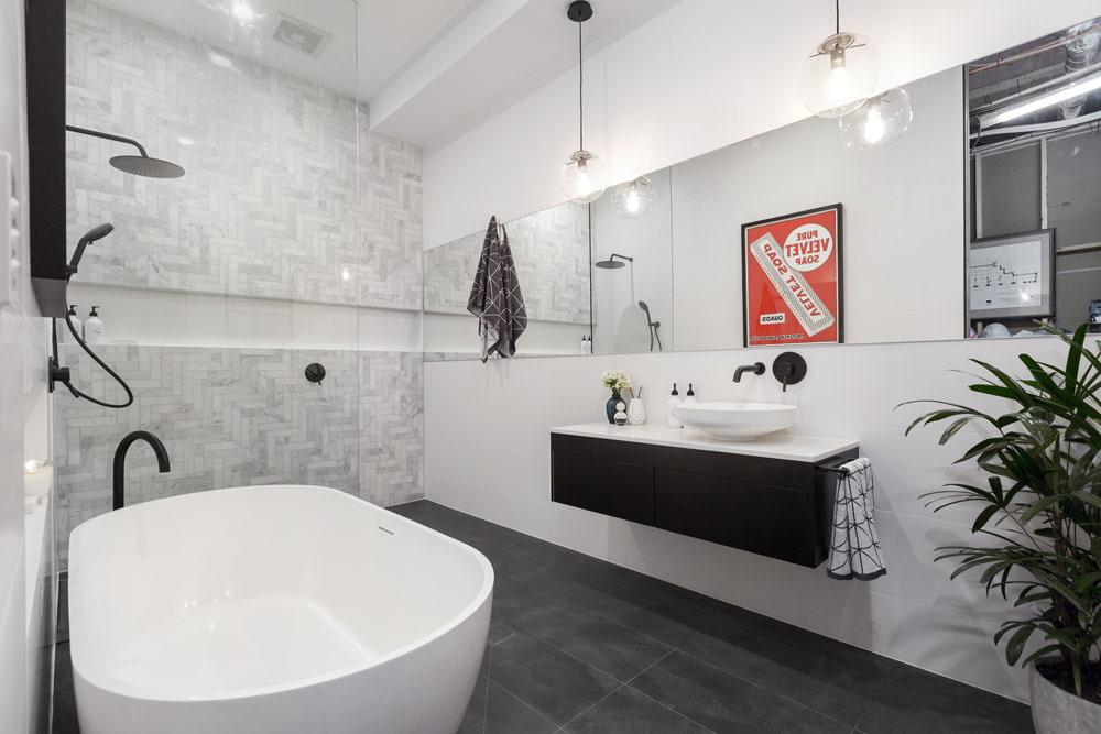 Подвесные светильники над умывальником в ванной