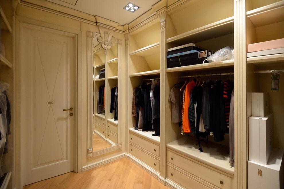Освещение в отдельной гардеробной комнате