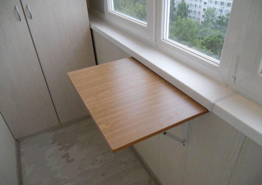 Самодельный столик из ДСП на благоустроенном балконе