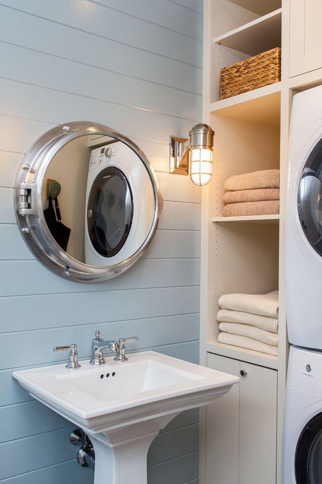 Банные полотенца на встроенных полках в ванной