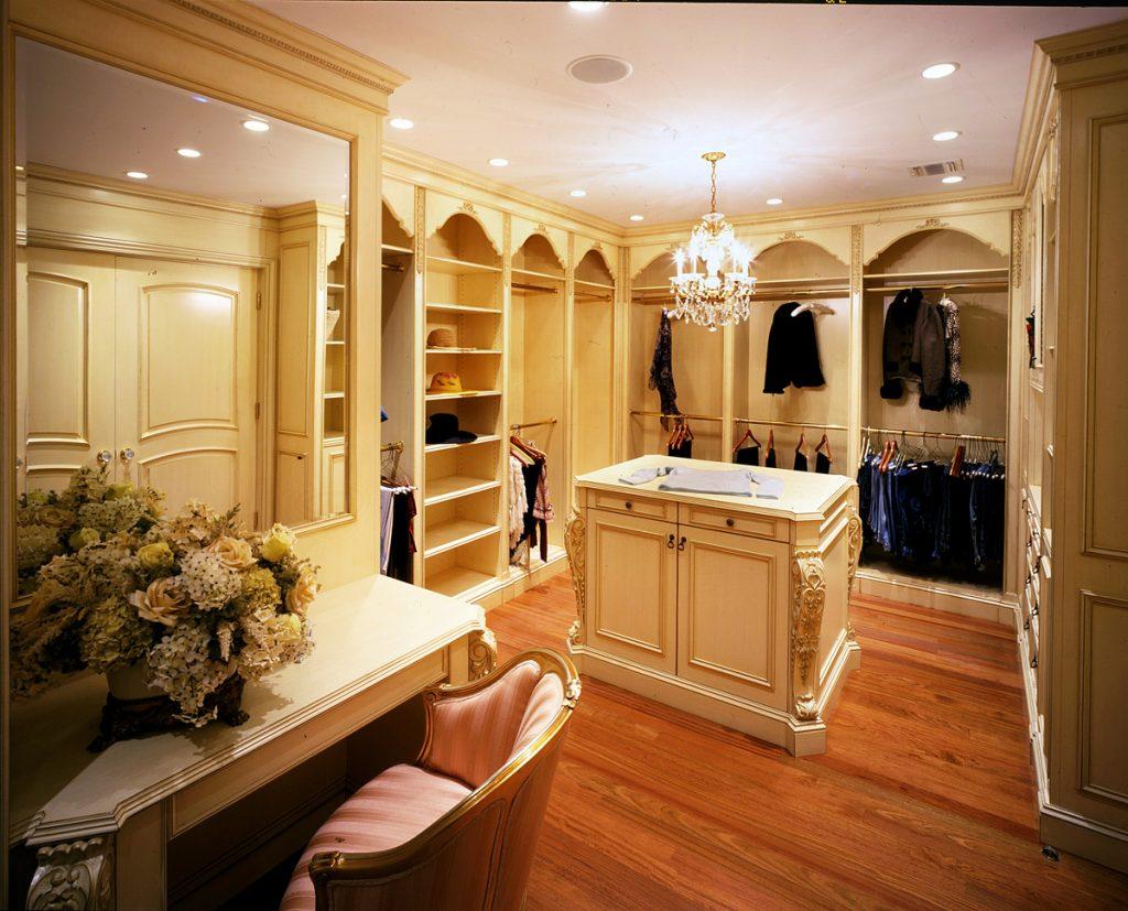 Оформление гардеробной в классическом стиле интерьера