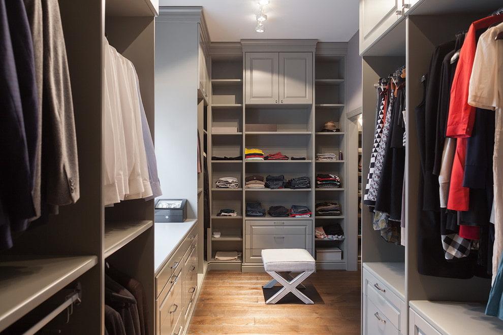 Планировка просторной гардеробной комнаты