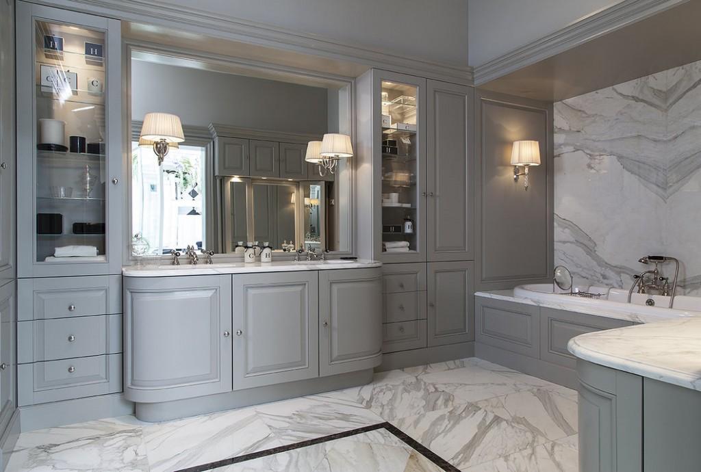 Серая встроенная мебель в большой ванной комнате