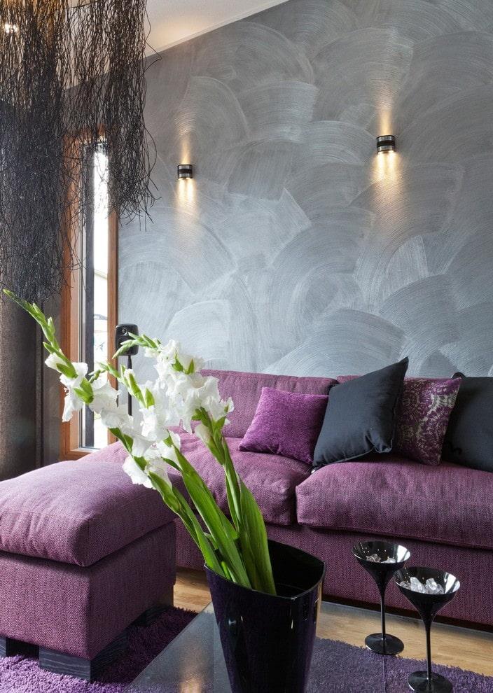 Настенные светильники на стене с обоями серой расцветки