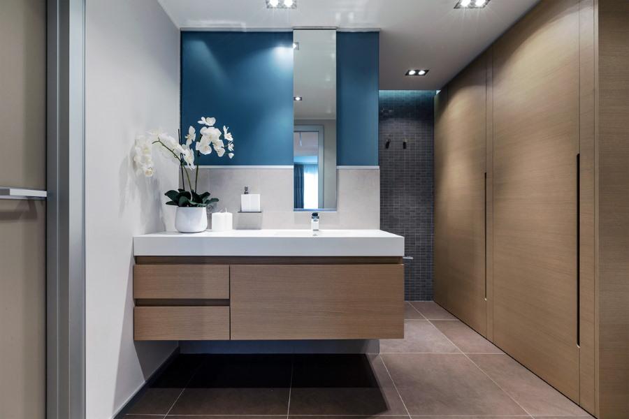 Встроенный шкаф в ванной современного стиля