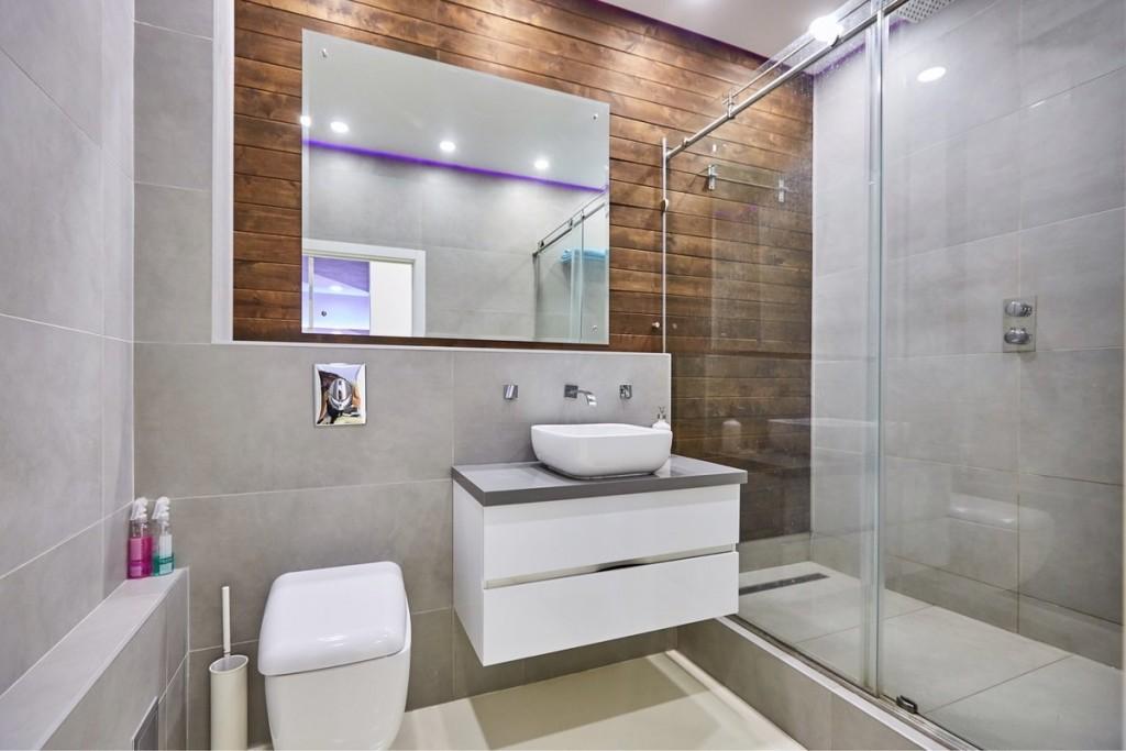 Декор деревянными панелями стены в ванной комнате