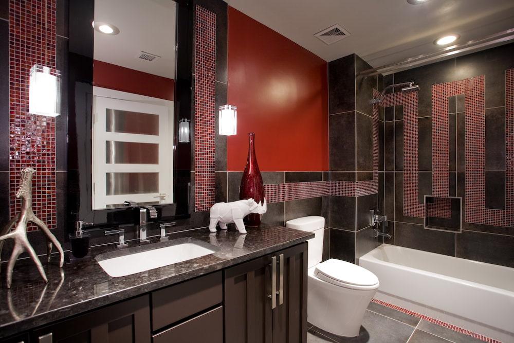 Темная плитка в интерьере современной ванной комнаты