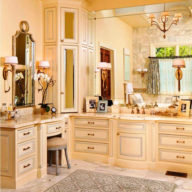 Угловой встроенный шкаф в ванной классического стиля