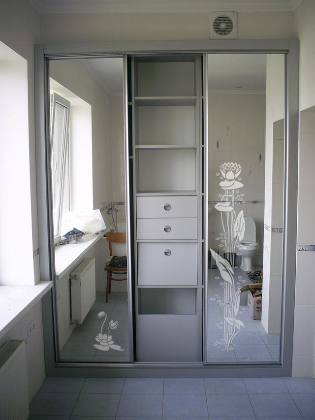 Купейный шкаф встроенного типа в интерьере ванной