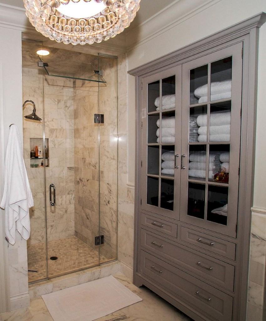 Закрытый шкаф с распашными дверями в ванной комнате